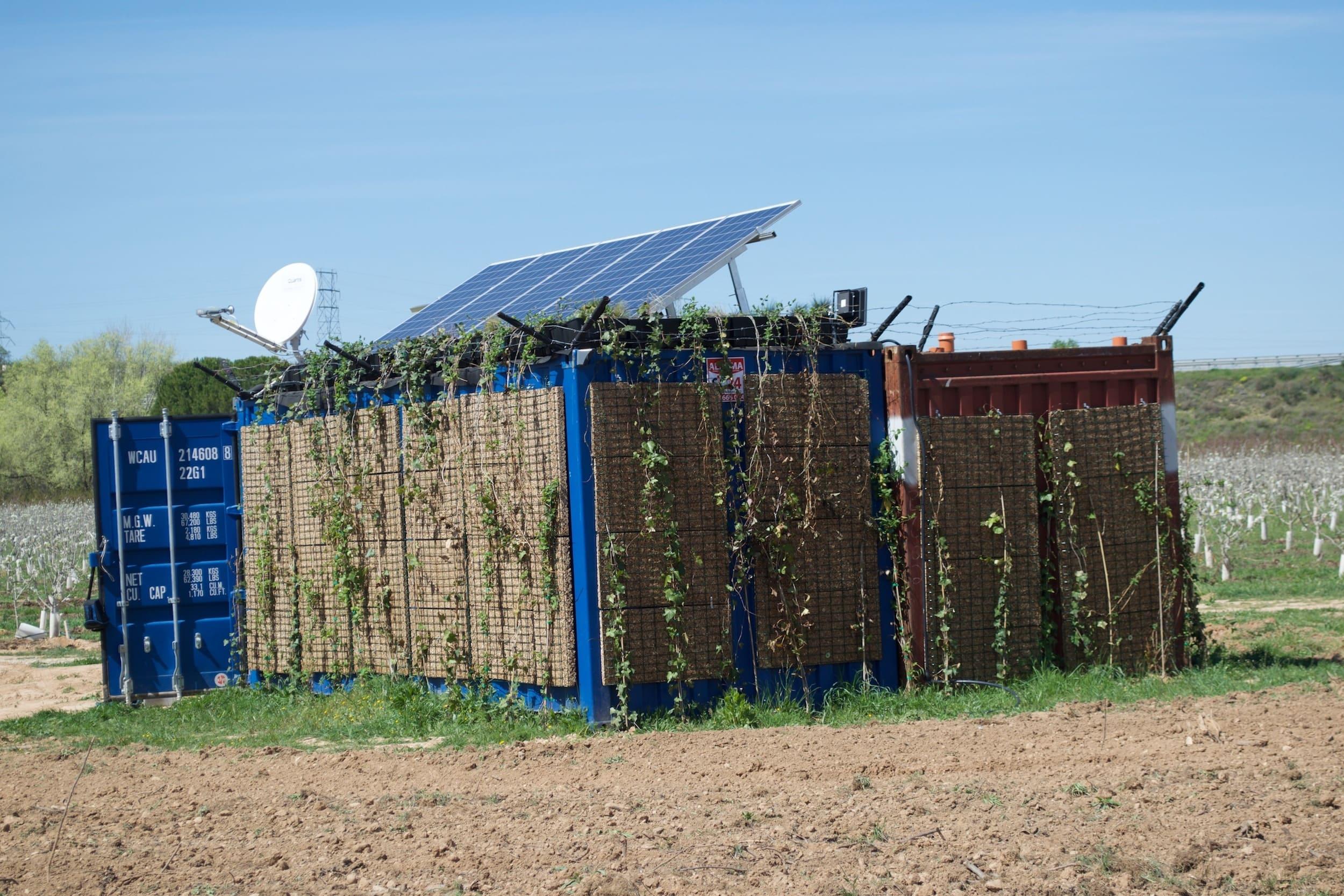 Humedal construido portátil instalado en la parcela agrícola de Sudanell, Lleida, España.